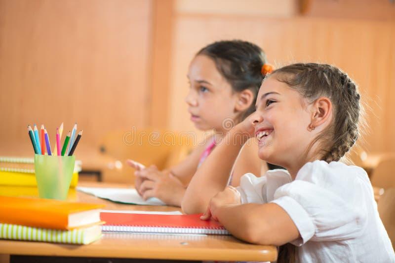 Alumnos felices en la escuela imagenes de archivo