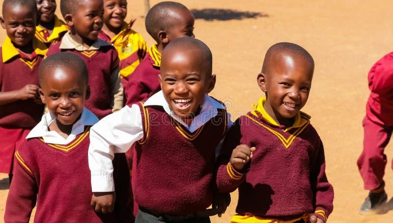 Alumnos primarios africanos en su hora de la almuerzo fotos de archivo libres de regalías