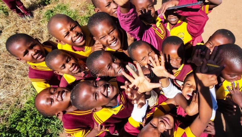 Alumnos primarios africanos en su hora de la almuerzo imágenes de archivo libres de regalías