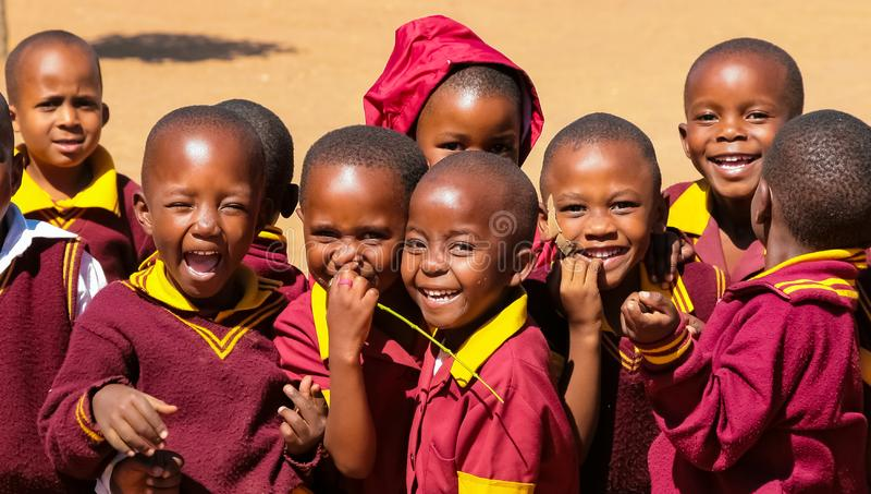 Alumnos primarios africanos en su hora de la almuerzo foto de archivo