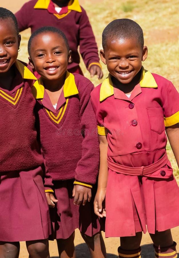 Alumnos primarios africanos en su hora de la almuerzo imagen de archivo