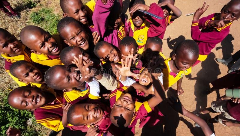 Alumnos primarios africanos en su hora de la almuerzo fotos de archivo