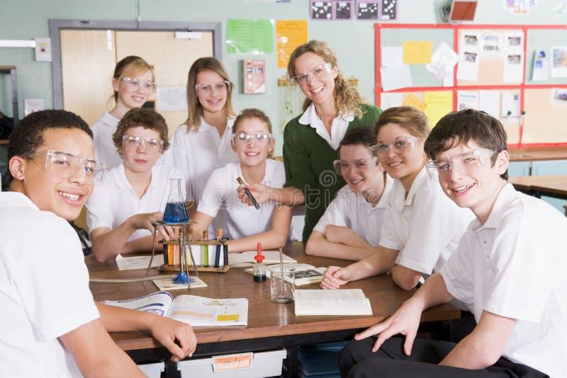 Alumnos y profesor en clase de la ciencia imagenes de archivo