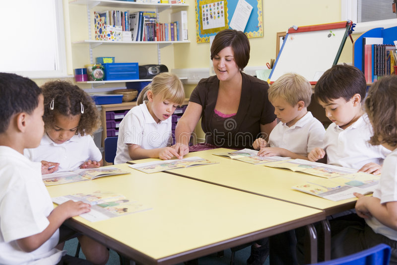 Alumnos y su lectura del profesor en primar imagen de archivo