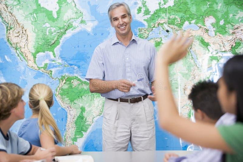 Alumnos y su profesor en una clase imagen de archivo libre de regalías