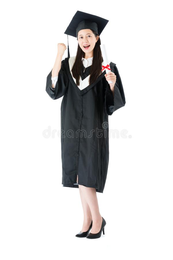 Aluno diplomado fêmea seguro feliz da universidade imagens de stock
