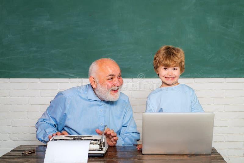 Aluno feliz com fundo excedente do quadro-negro Professor e estudante elementares na sala de aula Pai que ensina seu filho fotos de stock