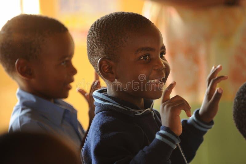 Alunos africanos que cantam fotografia de stock