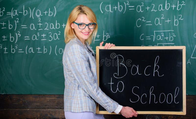 Alunos bem-vindos felizes do professor Grande começo do ano escolar Maneiras superiores de dar boas-vindas a estudantes de volta  fotos de stock
