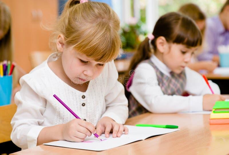 Alunos da escola primária durante o exame imagens de stock