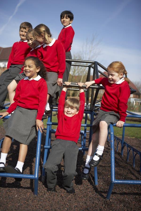 Alunos da escola primária no equipamento de escalada foto de stock royalty free