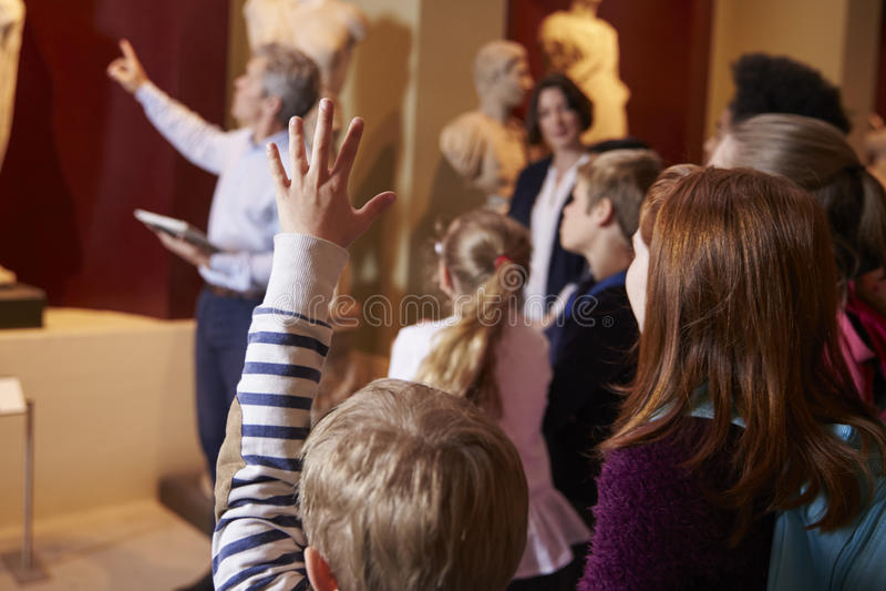 Alunos e viagem de On School Field do professor ao museu com guia imagem de stock royalty free