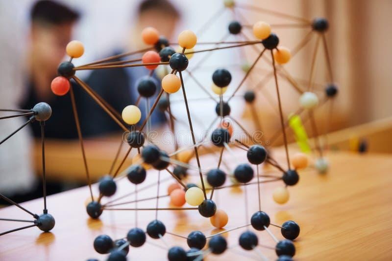 Alunos em uma classe da ciência com um modelo molecular Backg fotografia de stock royalty free
