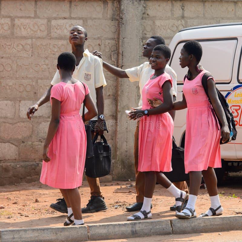 Alunos ganeses não identificados na farda da escola na vila local fotografia de stock