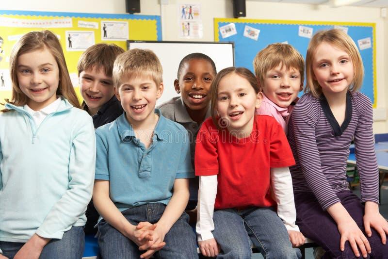 Alunos na sala de aula imagem de stock