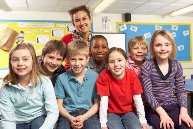 Alunos na sala de aula com professor foto de stock royalty free