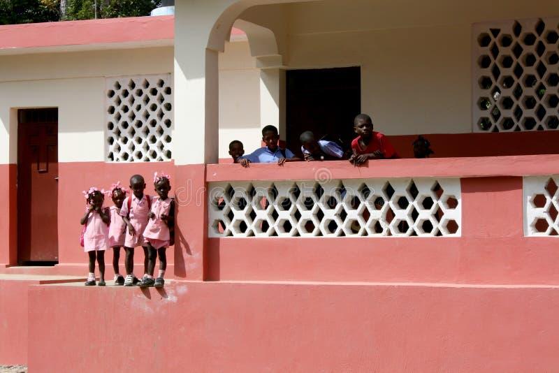 Alunos novos em Haiti rural imagens de stock