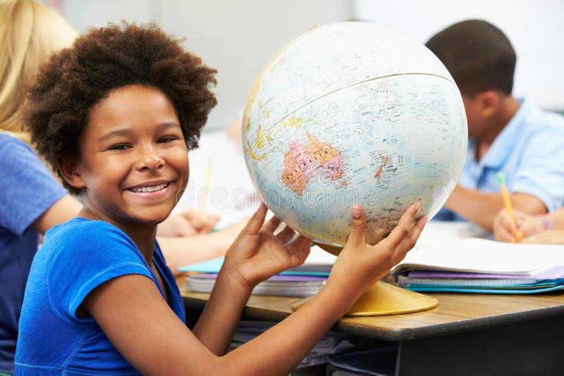Alunos que estudam a geografia na sala de aula fotos de stock royalty free