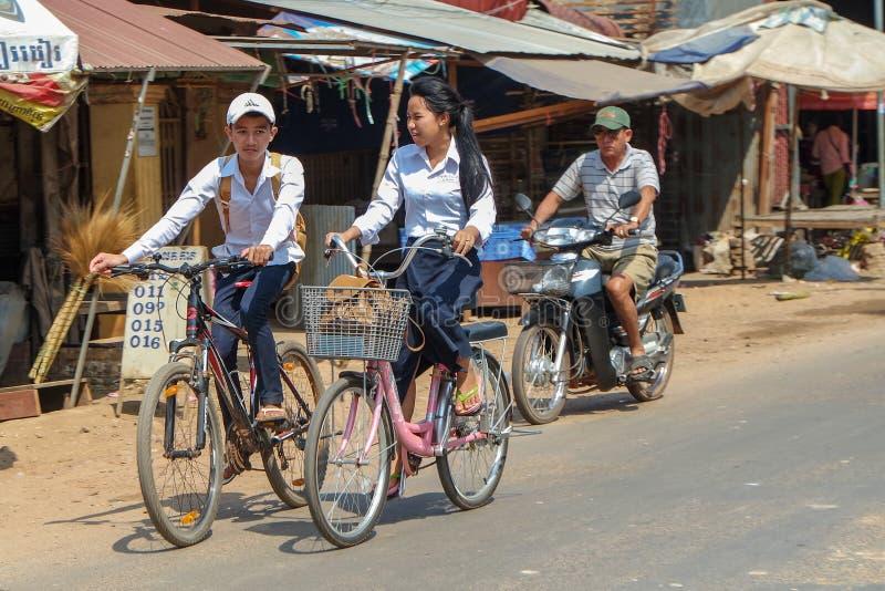 Alunos que montam em casa em Camboja, imagens de stock