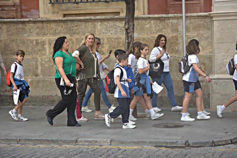 Alunos que vão visitar a catedral de Sevilha foto de stock