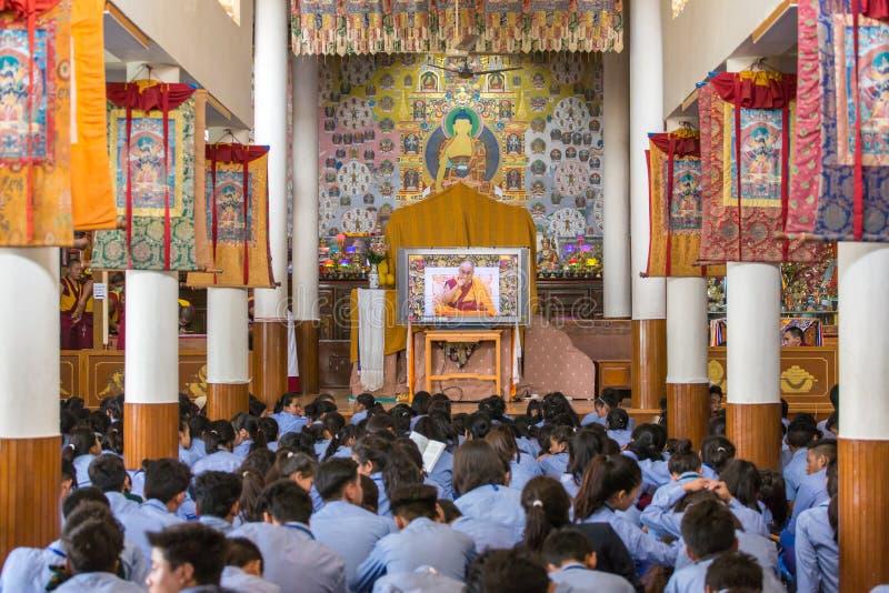 Alunos tibetanos que escutam sua santidade os 14 Dalai Lama Tenzin Gyatso que dá ensinos em sua residência em Dharamsala, Índia foto de stock royalty free