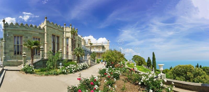 ALUPKA, ΚΡΙΜΑΊΑ, ΡΩΣΊΑ - 6 ΙΟΥΝΊΟΥ 2016: κρεβάτια λουλουδιών με τα τριαντάφυλλα στα νότια πεζούλια του παλατιού Vorontsov Yalta,  στοκ εικόνα
