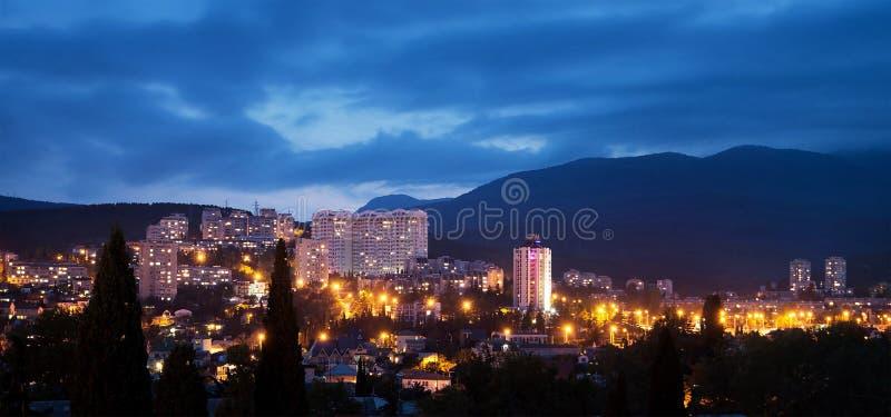 Alushta alla notte, penombra cityscape crimea fotografia stock