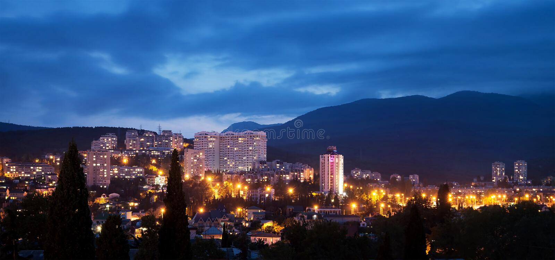Alushta på natten, skymning cityscape crimea arkivbild