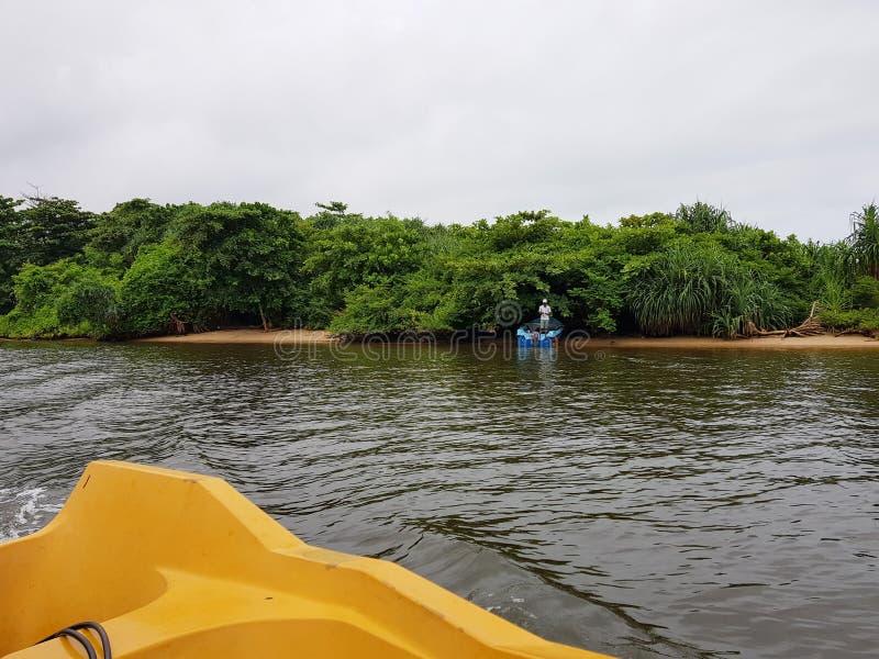 Aluthgama,斯里兰卡- 2018年5月04日:渔夫抓在一条小船的鱼在河 免版税库存照片