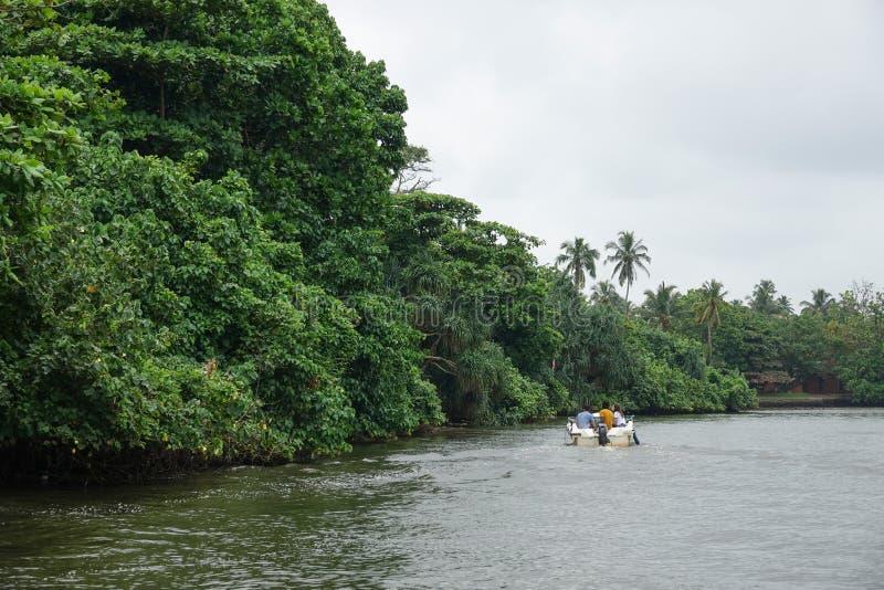 Aluthgama, Sri Lanka - 4 mai 2018 : touristes dans un bateau sur la rivière près de la forêt de palétuvier images stock