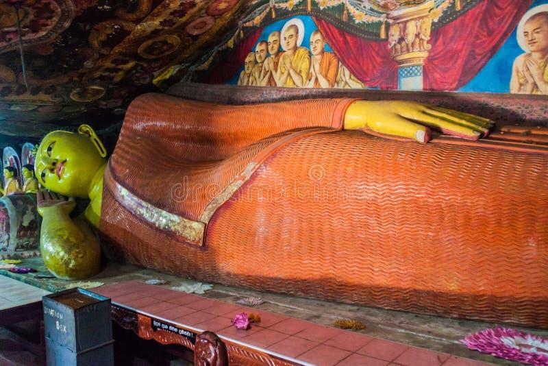 ALUVIHARE, SRI LANKA - 20. JULI 2016: Stützender Buddha an einer Höhle am Aluvihare-Felsen-Tempel, Sri Lan stockbild