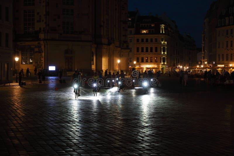 Alveare del ciclista sul quadrato scuro di Egna, Dresda, Sassonia Sassonia, Germania Deutschland immagine stock libera da diritti