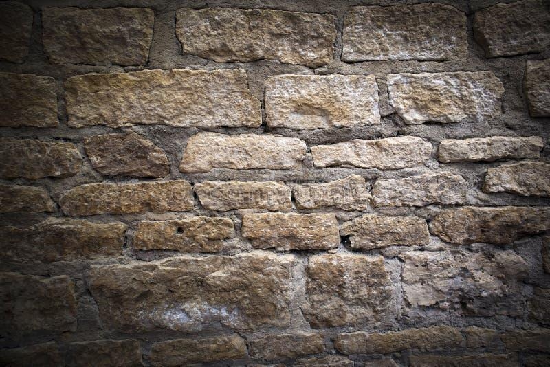 Alvenaria antiga, fragmento da parede de desintegração antiga da fortaleza do tijolo da pedra calcária foto de stock