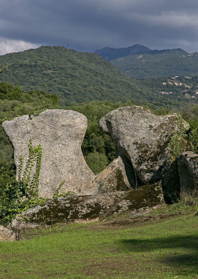 Alvenaria Cyclopean e menhirs nos montes de Filitosa, Córsega do sul fotos de stock