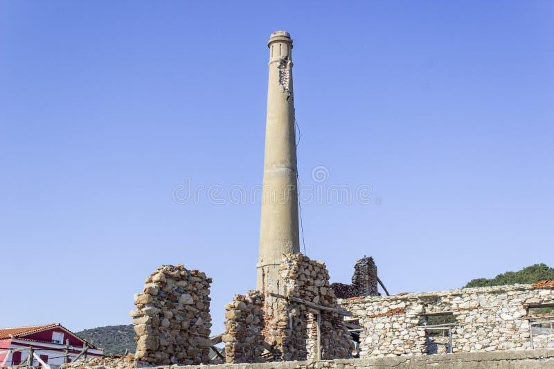 A alvenaria velha builded da torre ruínas próximo em Agiasos em Lesvos imagem de stock