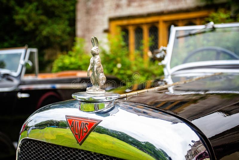 Alvis Car prateia o ornamento da capa e a mascote do carro do coelho fotografia de stock royalty free