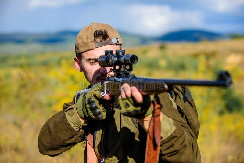 Alvo da caça Olhando o alvo com o espaço do atirador furtivo Caçador do homem que aponta o fundo da natureza do rifle Habilidades fotografia de stock royalty free