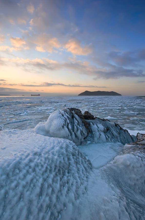 Alvoreça na costa do mar congelado inverno imagem de stock