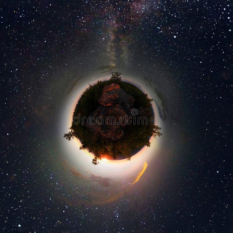 Alvorece na floresta sob o céu estrelado uma Via Látea Pouco planeta 360 foto de stock royalty free