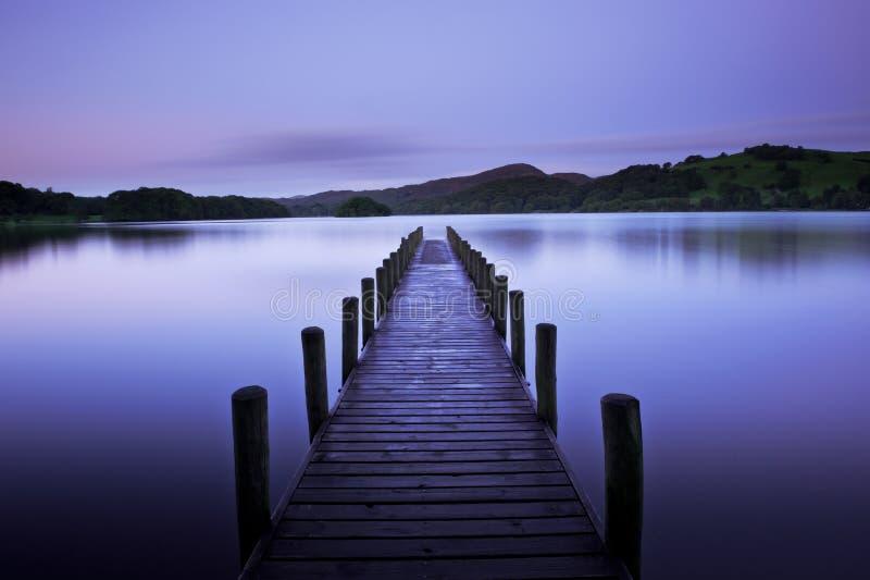 Alvorecer adiantado no lago foto de stock