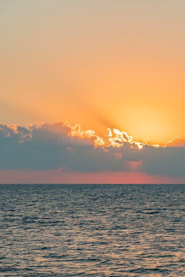 Alvorecer colorido sobre o mar, por do sol Por do sol mágico bonito sobre o mar Foto vertical toned foto de stock royalty free