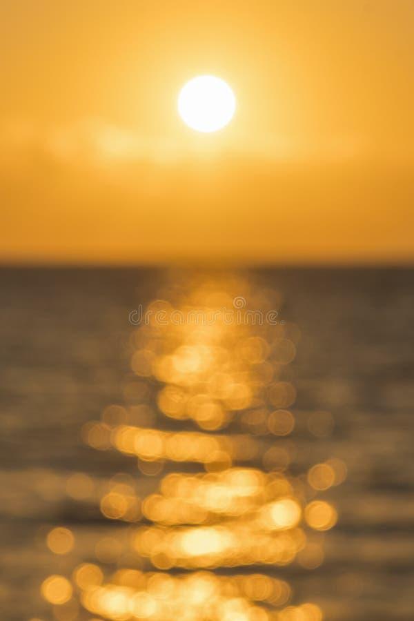 Alvorecer colorido sobre o mar, por do sol Por do sol m?gico bonito sobre o mar blurry Foto vertical fotos de stock royalty free