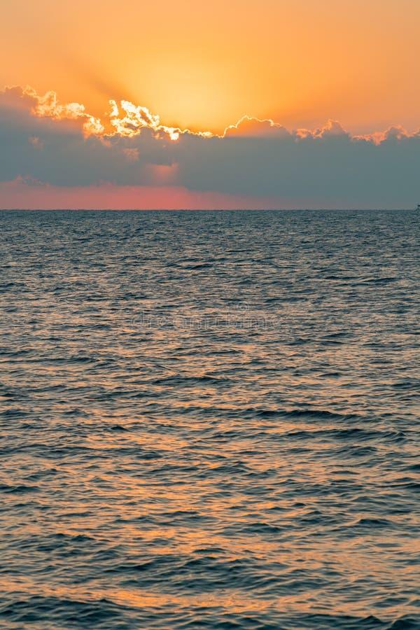 Alvorecer colorido sobre o mar, por do sol Por do sol m?gico bonito sobre o mar Foto vertical toned foto de stock royalty free