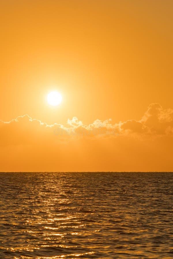 Alvorecer colorido sobre o mar, por do sol Por do sol m?gico bonito sobre o mar Por do sol bonito sobre o oceano Por do sol sobre fotografia de stock