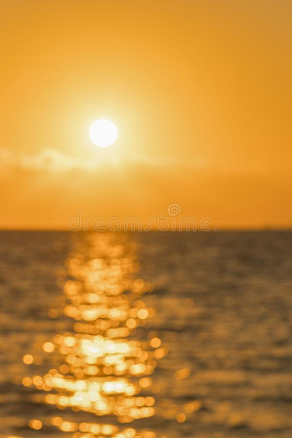 Alvorecer colorido sobre o mar, por do sol Por do sol m?gico bonito sobre o mar Por do sol bonito sobre o oceano Por do sol sobre imagens de stock royalty free