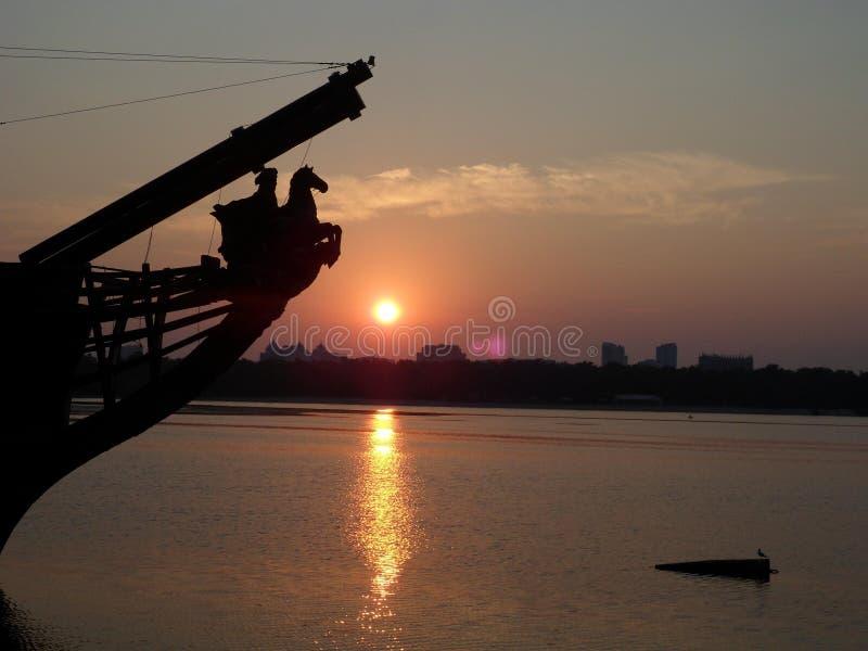 Alvorecer de Kiev no rio Dnepr, Ucrânia fotografia de stock