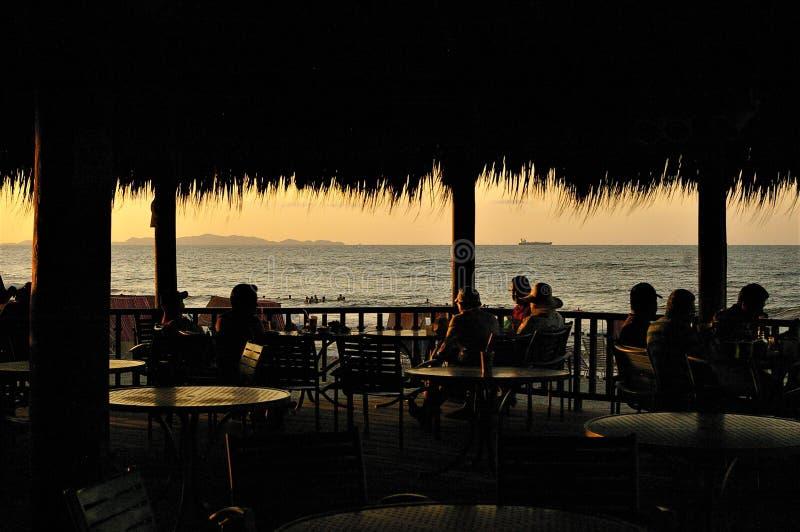 Alvorecer dourado em uma tarde da praia de Tela Atlantida fotografia de stock