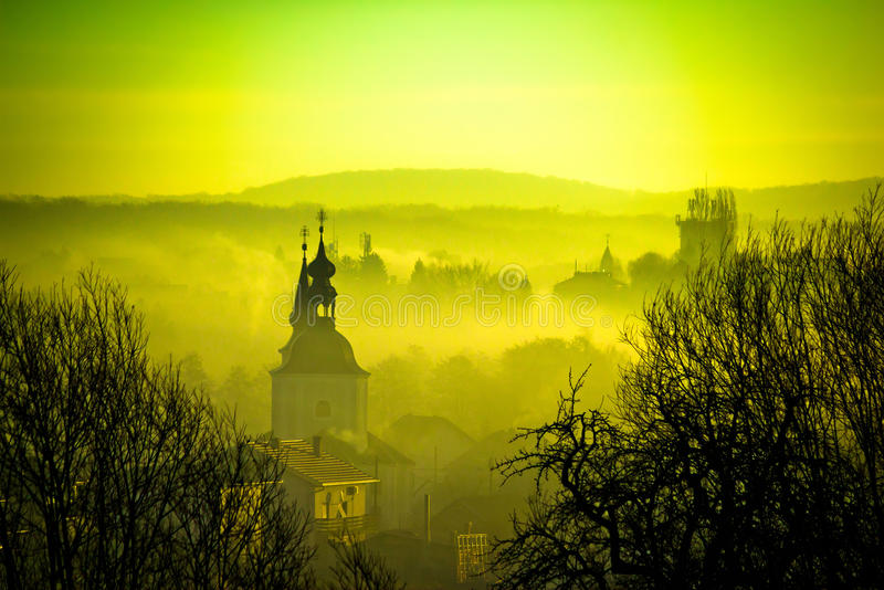 Alvorecer dourado na cidade europeia de easter de Krizevci foto de stock
