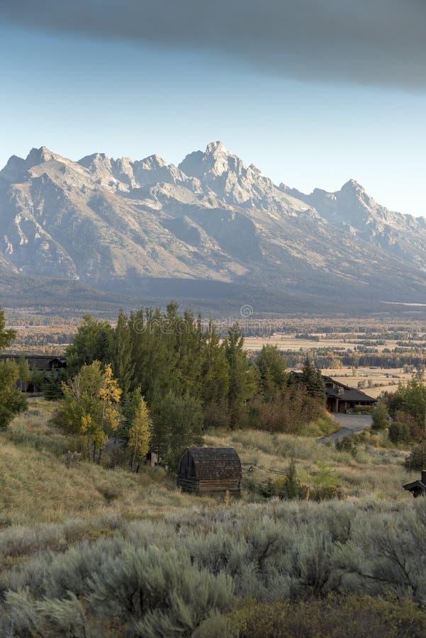 Alvorecer e uma parte dianteira do tempo sobre o Tetons grande do rancho Jackson Wyoming da angra da mola fotografia de stock royalty free