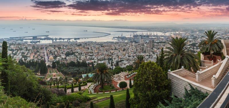 Alvorecer em Haifa Vista panorâmica do Haifa do centro, jardim de Bahai e de Haifa Bay de Monte Carmelo imagens de stock royalty free